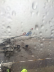 Dê um zoom e repare na cauda do avião...